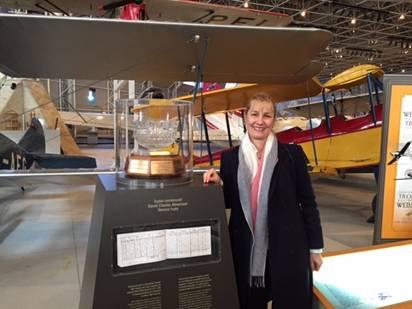 Le récipiendaire de 2015 Cathy Press sur une visite récente à Canada Aviation & Space Museum, en assistant à une conférence à Ottawa.