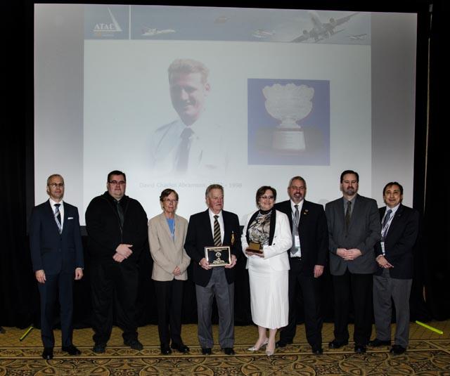 Sherry Cooper 2014 DCAM destinataire avec Keith (KO) Ostertag, 2014 'Legacy' DCAM lauréat du prix, également présent dans la photo sont des anciens lauréats du DCAMAWARD qui étaient présents à l'AGA & Convention de l'ATAC.